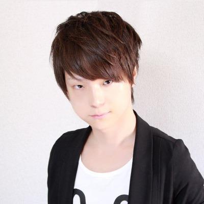 黒い服を着ている声優の川西健吾